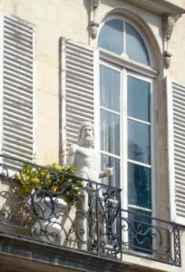 dans le matin, le hipster parisienne salue le soleil  et chills sur sa balcon (sans underpants)