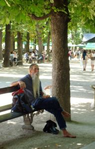 le hipster parisienne dédaigne ironiquement chaussures afin de cacher à son engagement à consommer des produits masculins de toilettage